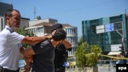 Forcat e rendit shoqërojnë njërin nga 40 të arrestuarit e 11 gushtit