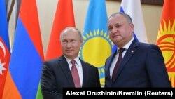Игорь Додон (ондо) Орусия президенти Владимир Путин менен КМШ саммитинде. Москва, 26-декабрь, 2017-жыл.