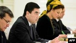 Türkmenistanyň prezidenti Gurbanguly Berdimuhamedow. (Çepden ikinji)