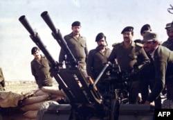 صدام حسین، حاکم وقت عراق در حلقه فرماندهانش در نزدیکی مرز ایران