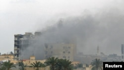 A building burns following heavy fighting in Misurata on April 21.