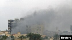 Горящие здания в Мисурате (Ливия)