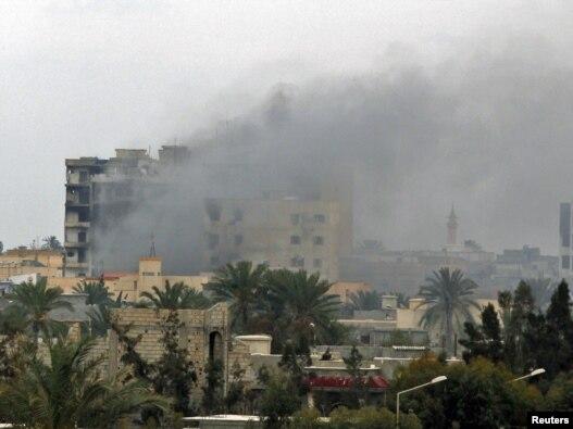 درگیری ها بر سر کنترل شهر مصراته در نزدیکی پایتخت لیبی میان هواداران معمر قذافی و مخالفان رهبر این کشور همچنان ادامه دارد.