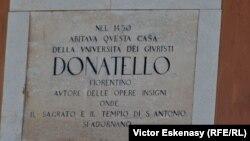 Inscripție pe casa în care a trăit Donatello la Padova