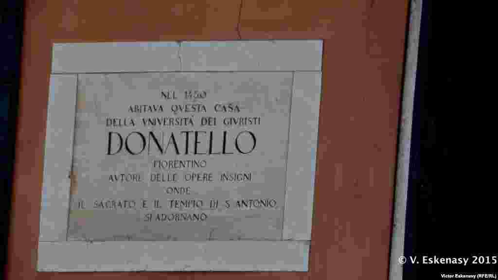 Inscripție pe casa în care a locuit Donatello la Padova.