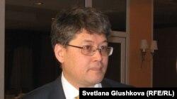 Нурай Уразов, вице-министр связи и информации Казахстана, отвечает на вопросы журналистов. Астана, 26 апреля 2011 года.