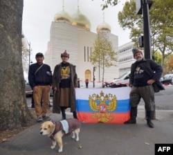Пророссийские активисты на фоне нового православного духовно-культурного центра в Париже