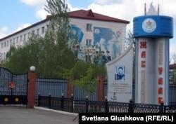 Вход в общежитие для военных музыкантов, бывший интернат военной школы «Жас улан». Астана, 6 мая 2012 года.