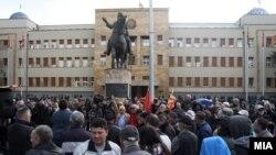 Disa herë janë mbajtur protesta kundër Ligjit për gjuhët para Kuvendit të Maqedonisë.