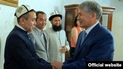Алмазбек Атамбаев менен Абдышүкүр Нарматов учурашып жатат. Кадр Атамбаевдин президент кезинде тартылган. Иллюстрациялык сүрөт.