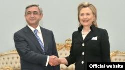 Президент Армении Серж Саргсян приветствует госсекретаря США Хиллари Клинтон, Ереван, июль 2010 г.