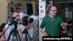 Апэратар Аляксандар Крупіна і рэжысэр Андрэй Курэйчык на здымках фільму «Гараш»
