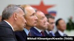 Вице-премьер Юрий Борисов и президент РФ Владимир Путин в городе Большой Камень Приморского края.