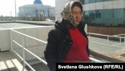 Жительница Астаны приковала себя цепью перед зданием парламента. Астана, 14 апреля 2014 года.