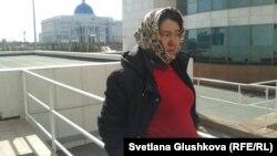 Парламент ғимараты шарбағына өзін шынжырмен байлап тастаған Сәрсенгүл Әшірбаева. Астана, 14 сәуір 2014 жыл.
