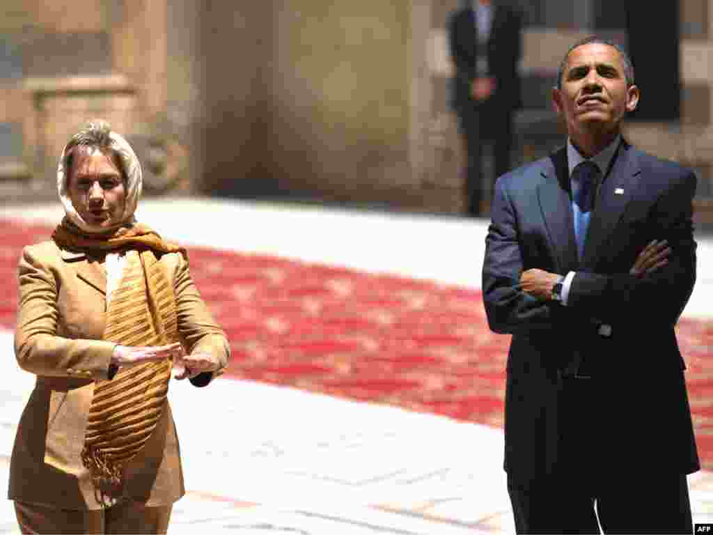 EGYPT, Cairo : US President Barack Obama (R) and US Secretary of State Hillary Clinton tour the Sultan Hassan Mosque in Cairo, on June 4, 2009. Obama took a tour of the medieval mosque in the heart of old Cairo on a trip aimed at repairing rifts with the Muslim world.