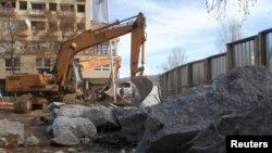 Косовоның солтүстігіндегі Митровица қаласында салынған қабырғаны бұзып жатыр. 5 ақпан 2017 жыл