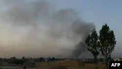 На кадре из видео - дым в районе афганской провинции Газни после начала наступления талибов. 10 августа 2018 года.
