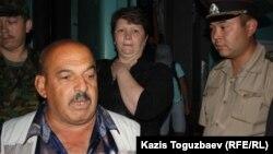 Слева - Владимир Челах и Светлана Ващенко - дед и мать пограничника Владислава Челаха, обвиняемого в убийстве 14 сослуживцев и егеря. Вокзал города Алматы, 9 июня 2012 года.