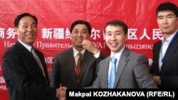 9-шы Қытай тауарларының көрмесінде кездесіп тұрған Қазақстан мен Қытай кәсіпкерлері. Атакент, Алматы, 18 мамыр 2011 жыл