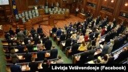 Deputetët e legjislaturës së gjashtë të Kuvendit të Kosovës duke bërë betimin, 3 gusht 2017
