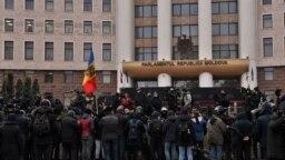Proteste în fața Parlamentului în timpul dezbaterilor pe marginea controversatelor legi