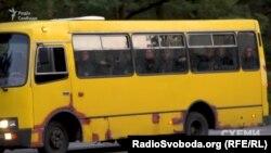 Прогнилий та підфарбований автобус «Богдан» з поліцейськими