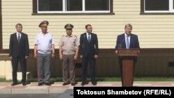 Атамбаев Бишкектеги көп кабаттуу үйлөрдүн ачкычын куткаруучуларга тапшыруу аземинде.30-июнь, 2017-жыл.