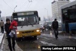 На автобусной остановке в Алматы.