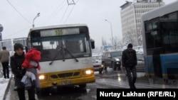 Автобусы на зимних дорогах Алматы. 22 ноября 2012 года.