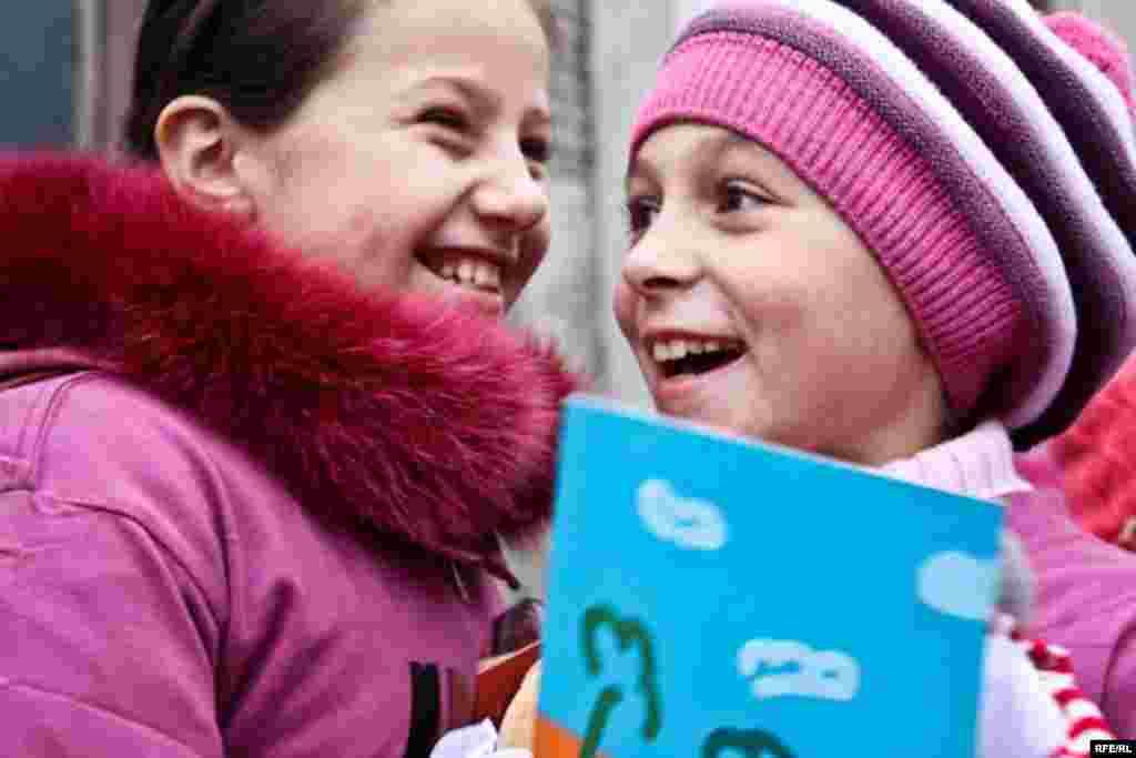 Молдова. Дівчатка беруть участь у «флеш-моб», щоб привернути увагу до прав дітей - Акція присвячена 20-й річниці прийняття Генеральною Асамблеєю ООН Конвенції про права дитини в 1989 роціPhoto by RFE/RL