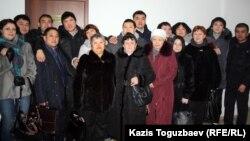 Групповой снимок подсудимых по делу об убийстве полицейского Адлета Турсынбекова, освобожденных в зале суда, их родственников и адвокатов. Алматы, 30 января 2013 года.