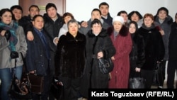 Әділет Тұрсынбековтың өліміне байланысты айыпталушылардың ақталып шығып, туыстарымен бірге тұрған сәті. Алматы, 30 қаңтар 2013 жыл.