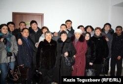 Групповой снимок бывших подсудимых по делу об убийстве полицейского Адлета Турсынбекова, освобожденных в зале суда, их родственников и адвокатов. Алматы, 30 января 2013 года.