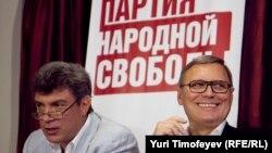 Сопредседатели Партии народной свободы (ПАРНАС) Борис Немцов и Михаил Касьянов летом 2011 года, накануне отказа в регистрации.