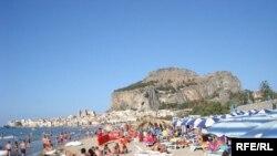 Пляж у місті Чефалу на острові Сицилія
