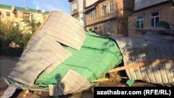 Stambena zgrada oštećena u olujnom nevremenu u turkmenistanskoj provinciji Lebap.