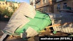 Последствия разрушительного урагана, который пронесся в конце апреля над регионами на северо-востоке Туркменистана.