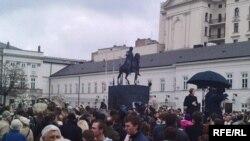 Варшава, у президентского дворца. 11 апреля 2010 года.