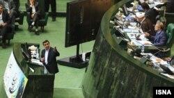 Аҳмадийнажод парламент спикери Али Ларижонийга қарши айбловларни якшанба куни парламентда қилган чиқишида илгари сурди.