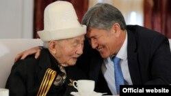 Эл акыны менен президент Алмазбек Атамбаев. 8-май, 2013-жыл