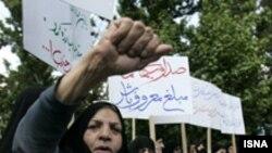 موضوع آنچه که از سوی جمهوری اسلامی «بدحجابی» توصیف می شود هر از چند گاهی سبب تجمع مخالفان آزادی های اجتماعی زنان در ایران شده است.