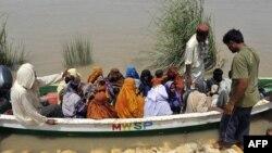 Pakistani military personnel evacuate flood survivors in Ghotki district on August 12.