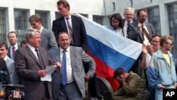 1991 йилнинг 19 августи. Россия президенти Борис Елцин Москвага ГКЧПга қарши танклар киритилганини эълон қилмоқда.