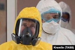 Президент Росії Володимир Путін, одягнений у захисні засоби, відвідує лікарню для хворих на коронавірус на околиці Москви, 24 березня 2020 року