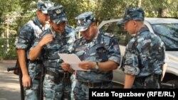 Патруль внутренних войск МВД Казахстана в дворе одного из домов в Алматы.