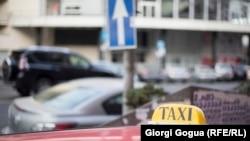 На первых порах планируется регистрация, а затем введение обязательного платного разрешения на работу такси