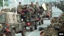 Forcat britanike duke hyrë në Kosovë - 12 qershor 1999.