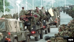 Trupat britanike të NATO-s duke hyrë në Kosovë, qershor '09