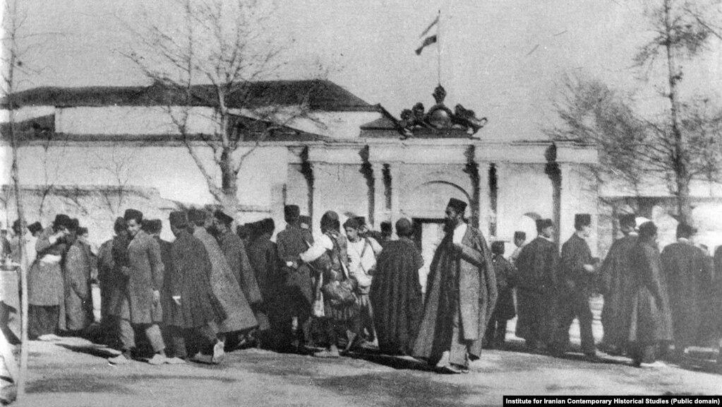 اجتماع شماری از نمایندگان نخستین دورههای مجلس شورای ملی در مقابل ورودی بهارستان